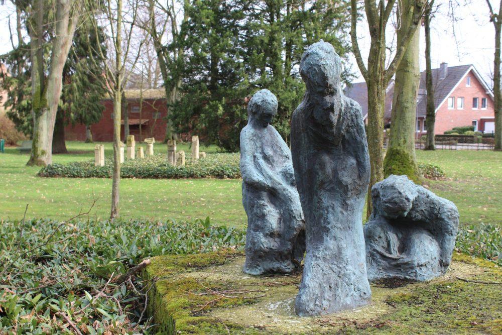 Ostbevern Touristik e.V. - Alter Friedhof_blaue Skulpturen